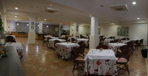 Restorāns vai citas vietas, kur ieturēt maltīti, naktsmītnē Apartamentos Jardín del Conde
