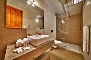 A bathroom at Glyfada Beach Villas