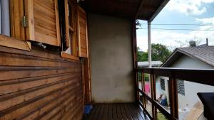 A balcony or terrace at Casa de madeira em Caxias do Sul