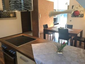 A kitchen or kitchenette at Hotel Glutschaufel