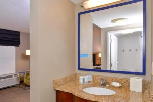 A bathroom at Hampton Inn & Suites by Hilton Plymouth
