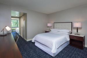 A bed or beds in a room at Sheraton Suites Philadelphia Airport