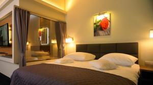 Ein Bett oder Betten in einem Zimmer der Unterkunft Aura - Hotel & Restaurant & Sauna