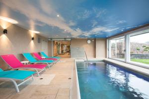 The swimming pool at or close to Citotel Hôtel Du Bollenberg & Spa