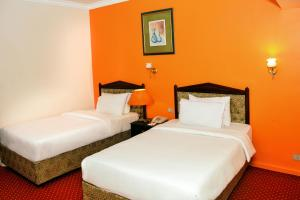 A bed or beds in a room at Gawharet Al Ahram Hotel