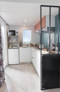 Cuisine ou kitchenette dans l'établissement Lagrange Grand Bleu Vacances - Camping de l'Arquet