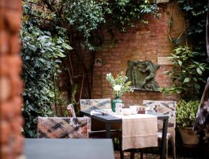 A restaurant or other place to eat at Novecento Boutique Hotel