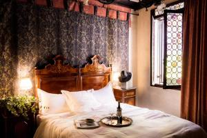 A bed or beds in a room at Novecento Boutique Hotel