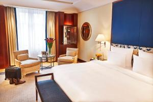 A bed or beds in a room at Hotel Adlon Kempinski Berlin