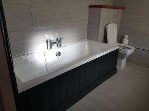 A bathroom at The Angel Inn, Heytesbury