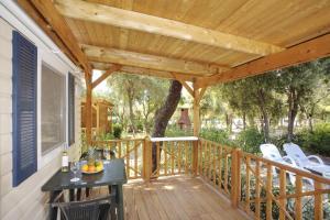 Ein Balkon oder eine Terrasse in der Unterkunft Solitudo Sunny Camping by Valamar