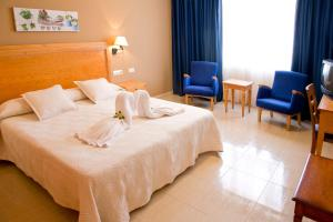 A bed or beds in a room at Aparthotel Bahia Pinosol
