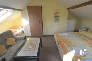 Postel nebo postele na pokoji v ubytování Bušeranda - depandance Hotelu U Zeleného stromu