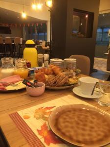 Options de petit-déjeuner proposées aux clients de l'établissement Ruiterhof B&B/Hostel