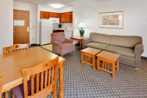 A seating area at Staybridge Suites Allentown Airport Lehigh Valley, an IHG Hotel