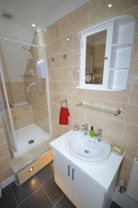 A bathroom at Whole House - Sleeps 6 - near town centre - off road parking