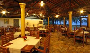 A restaurant or other place to eat at Bitingui Praia Hotel