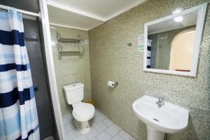 A bathroom at Si Hotel