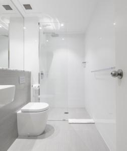 A bathroom at Ocean Centre Hotel