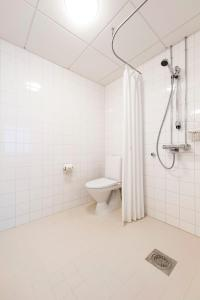 Vonios kambarys apgyvendinimo įstaigoje Töölö Towers