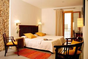 A bed or beds in a room at L'Hostal Pollença - Turisme Interior
