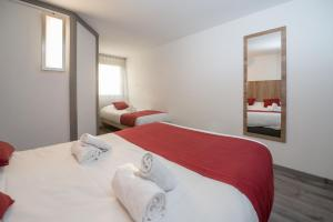 A bed or beds in a room at Brit Hotel Plaisance A9/A61