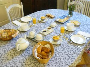Breakfast options available to guests at La Maison de Saumur