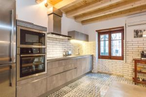 A kitchen or kitchenette at Lets Holidays Fisherman House