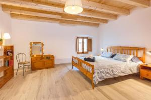 A bed or beds in a room at Lets Holidays Fisherman House