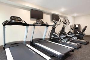 The fitness center and/or fitness facilities at Radisson Hotel Charlotte Airport