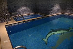 المسبح في هوم ان للاجنحة الفندقية أو بالجوار