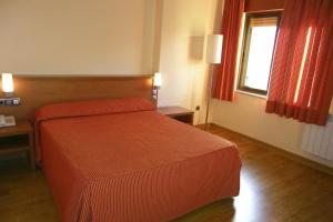 A bed or beds in a room at Hotel Restaurante Don Pepe