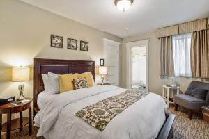 A bed or beds in a room at Parker Guest House