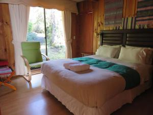 A bed or beds in a room at Cabañas Huimpalay Lemu