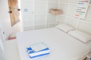 A bed or beds in a room at Le Pirate Beach Club Nusa Ceningan