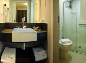 A bathroom at Hotel Eldorado Flat