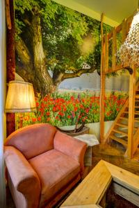 A seating area at Artharmony Pension & Hostel