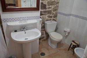 Un baño de Casa de Turismo Rural Os Petroglifos