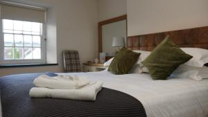 A bed or beds in a room at The Horseshoe Inn