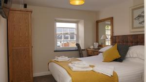 En eller flere senge i et værelse på The Horseshoe Inn
