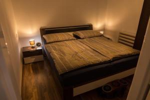 Een bed of bedden in een kamer bij Family House with Parking