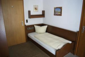 Ein Bett oder Betten in einem Zimmer der Unterkunft Gästehaus Charlotte
