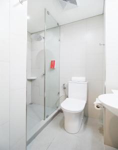 A bathroom at Red Planet Manila Bay - Quarantine Hotel