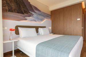 A bed or beds in a room at Eurostars Cascais