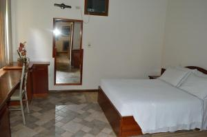 A bed or beds in a room at Hotel Lago das Pedras