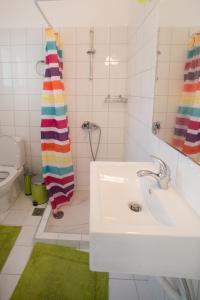 A bathroom at Sea View Apartments