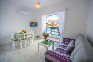 A seating area at Sea View Apartments