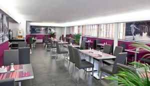 A restaurant or other place to eat at Privilège Hôtel & Apparts Eurociel Centre Comédie