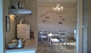 Um restaurante ou outro lugar para comer em Cameracaffè Centro