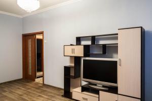 Телевизор и/или развлекательный центр в Domumetro Apartment on University 72 к 2